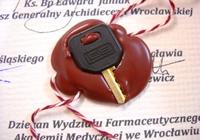 kluczyk od tuby z aktem erekcyjnym zabezpieczony w laku
